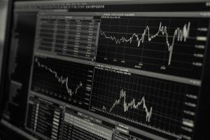 Desktop mit Trading Charts und Strategien